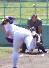 吉田の投球練習を、秋田のレジェンド小野仁さんが見つめた