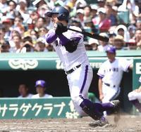 横浜対金足農 8回裏金足農無死一塁、打川は中前打を放つ(撮影・浅見桂子)
