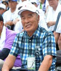 アルプス席で応援する金足農元監督の嶋崎久美さん