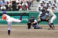 18年8月17日、高校野球・横浜対金足農 9回表横浜無死、空振り三振に倒れる横浜・万波