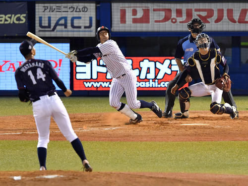 高校日本代表対大学日本代表 4回裏大学日本代表無死、左越え本塁打を放つ勝俣(撮影・横山健太)