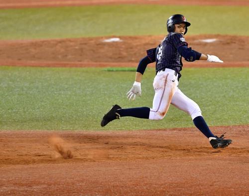 高校日本代表対大学日本代表 5回表高校日本代表無死、中越え三塁打を放ち三塁へ疾走する根尾(撮影・横山健太)