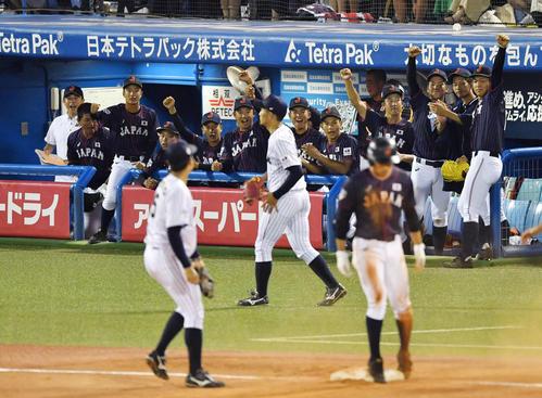高校日本代表対大学日本代表 5回表高校日本代表無死、根尾の中越え三塁打に盛り上がる高校日本代表ナイン(撮影・横山健太)