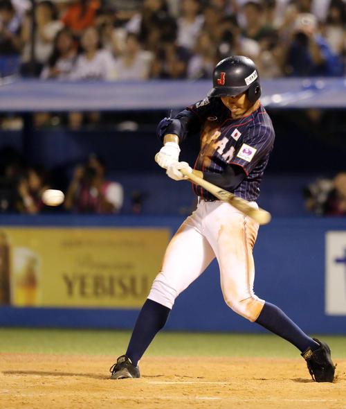 高校日本代表対大学日本代表 5回表高校日本代表無死、中越え三塁打を放つ根尾(撮影・垰建太)