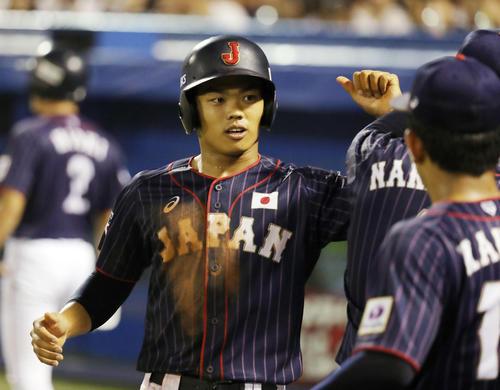 高校日本代表対大学日本代表 5回表高校日本代表無死三塁、蛭間の一ゴロで生還した根尾はベンチでナインとタッチを交わす(撮影・垰建太)