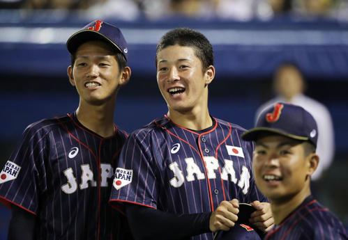 高校日本代表対大学日本代表 5回裏前、ベンチ前で笑顔でブルペンの方を見る高校日本代表の吉田(中央)、市川(左)、山田(撮影・垰建太)