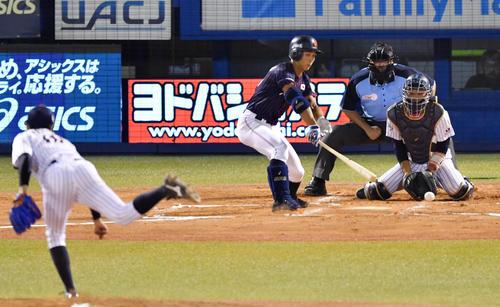 高校日本代表対大学日本代表 6回表高校日本代表2死二、三塁、三塁への適時打内野安打を放つ藤原(撮影・横山健太)