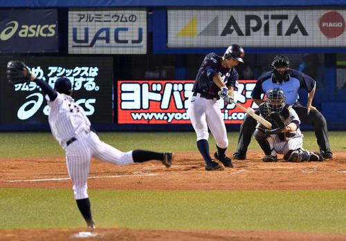 高校日本代表対大学日本代表 8回表高校日本代表1死、右越え本塁打を放つ小園(撮影・横山健太)