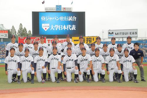 高校日本代表対大学日本代表 試合前、記念写真に納まる大学日本代表の選手たち