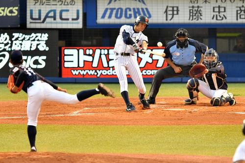 高校日本代表対大学日本代表 1回裏大学日本代表1死二塁、中前適時打を放つ辰己(撮影・横山健太)