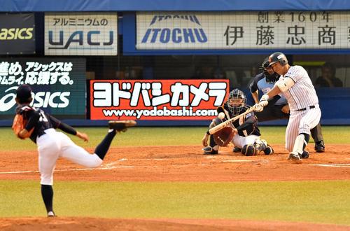高校日本代表対大学日本代表 1回裏大学日本代表1死一塁、左越え2点本塁を放つ頓宮(撮影・横山健太)