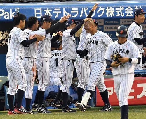 高校日本代表対大学日本代表 1回裏大学日本代表1死一塁、左越え2点本塁を放ちナインから頭をなでられる頓宮(撮影・横山健太)