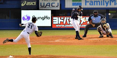 高校日本代表対大学日本代表 2回表高校日本代表1死、左前打を放つ根尾(撮影・横山健太)