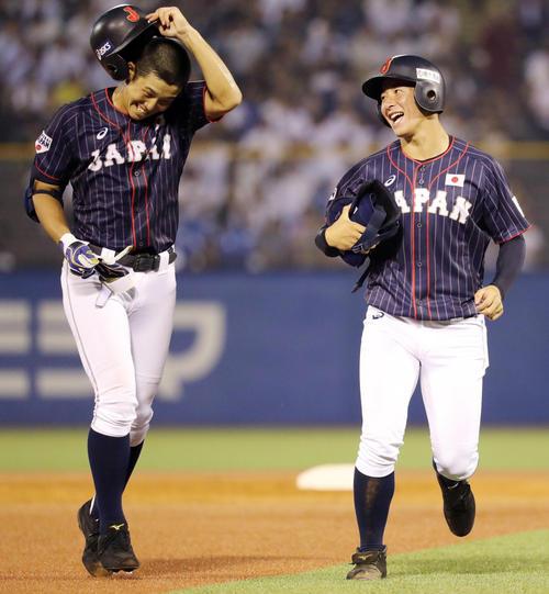 高校日本代表対大学日本代表 3回表高校日本代表の攻撃を終え、一塁コーチの吉田輝星(右)は笑顔で小園を迎える(撮影・垰建太)