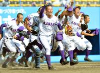 7月24日の秋田大会決勝で明桜を破り、歓喜を爆発させながら駆けだすエース吉田輝星(中央)ら金足農ナイン