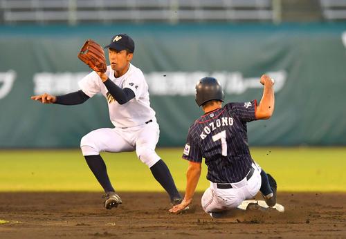 日本代表対宮崎県選抜 3回表日本代表1死一塁、二盗に成功する小園海斗(撮影・上田博志)