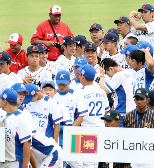 U18アジア選手権開会式で、笑顔を見せる吉田(後方左から3人目)ら日本の選手たち(撮影・垰建太)