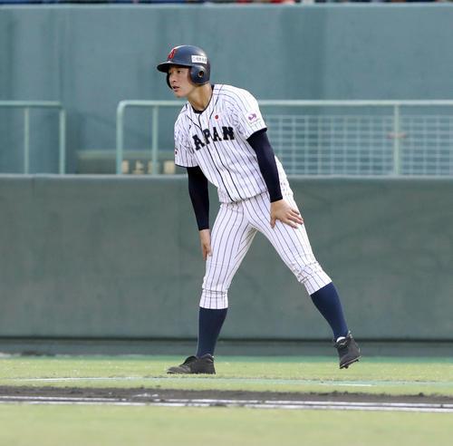 香港対日本 1回裏、一塁コーチを務める日本の吉田(撮影・垰建太)