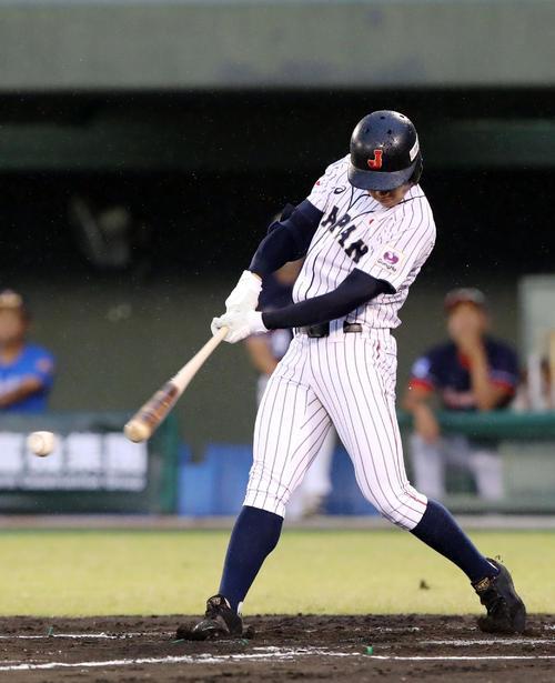 香港対日本 2回裏日本無死一塁、左翼線に適時三塁打を放つ根尾(撮影・垰建太)