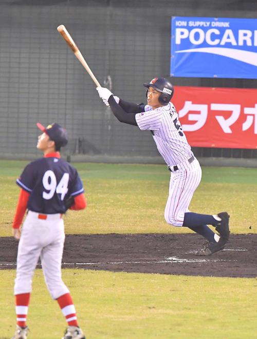 香港対日本代表 2回裏日本代表2死、右越えへソロ本塁打を放つ根尾昂(撮影・上田博志)
