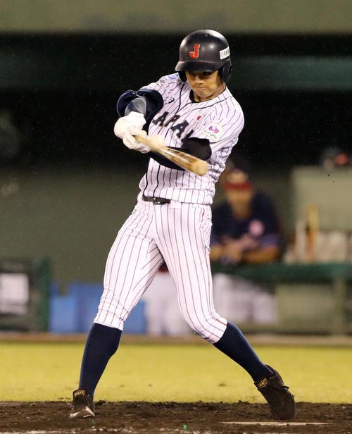 香港対日本 4回裏日本2死三塁、左越え適時二塁打を放つ根尾(撮影・垰建太)
