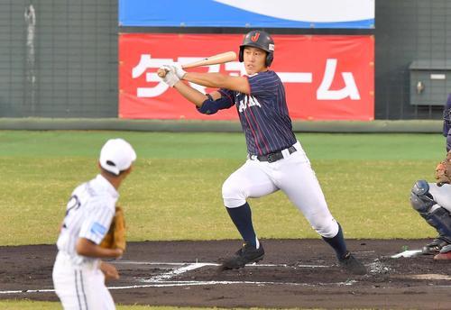 日本代表対スリランカ 1回表日本代表無死、右前に二塁打を放つ小園海斗(撮影・上田博志)