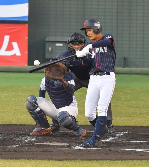 日本代表対スリランカ 1回表日本代表無死三塁、中犠飛を放つ奈良間大己(撮影・上田博志)