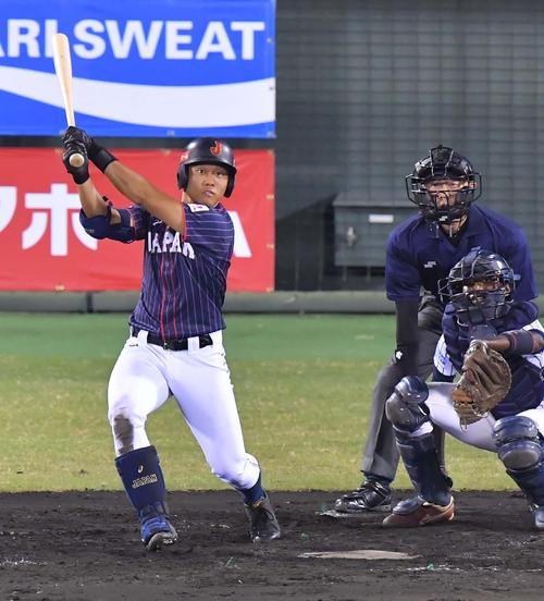 日本代表対スリランカ 3回表日本代表2死一、三塁、中越えへ適時二塁打を放つ蛭間拓哉(撮影・上田博志)