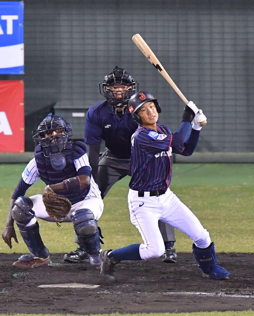 日本代表対スリランカ 4回表日本代表無死三塁、左前に適時打を放つ奈良間大己(撮影・上田博志)