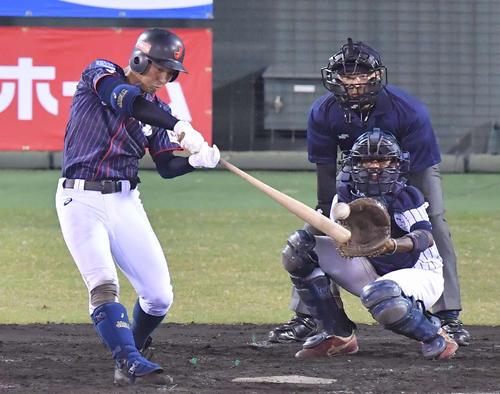日本代表対スリランカ 4回表日本代表無死一塁、左翼線へ二塁打を放つ中川卓也(撮影・上田博志)