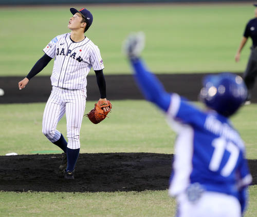 韓国対日本 1回表韓国1死一、二塁、キム・デハン(手前)に左越え3点本塁打を浴びる吉田(撮影・垰建太)