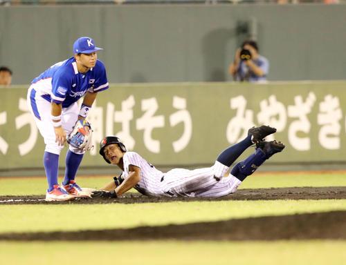 韓国対日本 4回裏日本1死、右翼越えの打球を放ち三塁に滑り込む藤原(右)(撮影・垰建太)