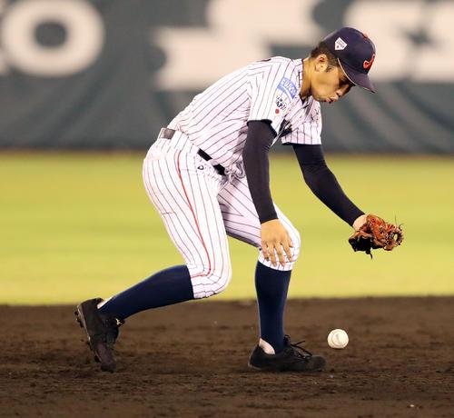 韓国対日本 5回表韓国1死、ユン・スンヨンの打球をファンブルする遊撃手小園(撮影・垰建太)