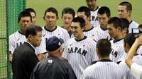 前横浜高の監督・渡辺氏(手前左)の言葉に耳を傾ける吉田(後方左から4人目)ら選手たち(撮影・垰建太)
