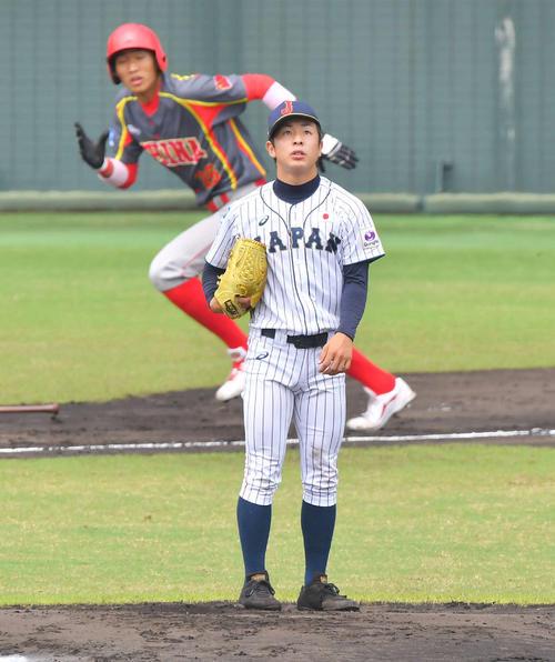 日本対中国 1回表中国1死一、二塁、コウ・ヨンカンに中越え先制適時二塁第を浴びる板川(撮影・上田博志)