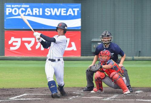 日本対中国 1回表中国1死一、二塁、無死一、三塁、中川の一ゴロ併殺打の間に小園が生還し同点(撮影・上田博志)