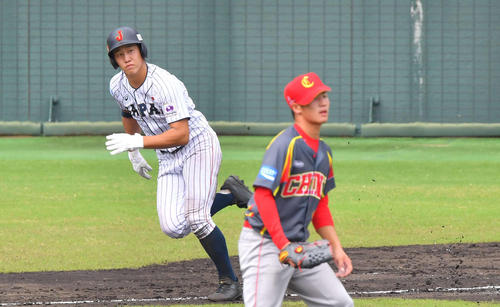 日本対中国 2回裏日本代表2死一、三塁、サン・ヤンから左前に適時打を放つ小園(撮影・上田博志)