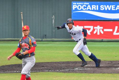 日本対中国 3回裏日本代表無死一塁、左前安打を放つ藤原(撮影・上田博志)