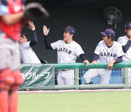 中国対日本 2回裏日本2死一、三塁、日置航の勝ち越しの左前適時打で笑顔でタッチを交わす吉田(中央)と中川(左)(撮影・垰建太)