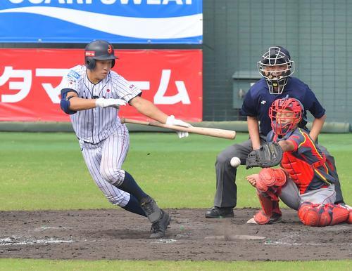日本対中国 4回裏日本代表、バント安打を決める小園(撮影・上田博志)