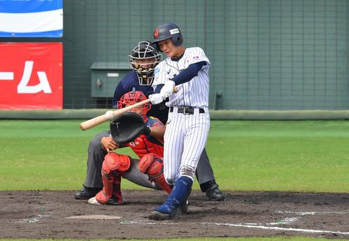 日本対中国 4回裏日本代表無死一塁、左翼線へ二塁打を放つ奈良間(撮影・上田博志)