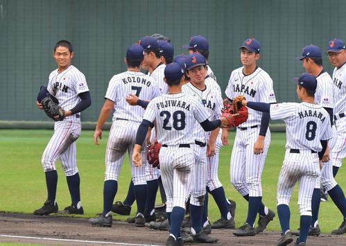 日本対中国 7回表中国2死、7回1イニングを無失点に抑えた根尾昂(左)は笑顔を見せながら整列する(撮影・上田博志)