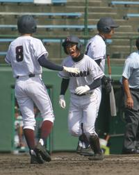 六日町対長岡 5回1死二、三塁。二塁から6点目の本塁にかえった長岡・鈴木海(中央)はほえた