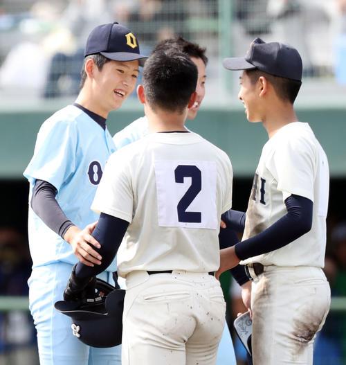 近江対高知商 試合に勝利した近江・林(左)は整列後、笑顔で高知商の選手たちと言葉を交わす(撮影・垰建太)