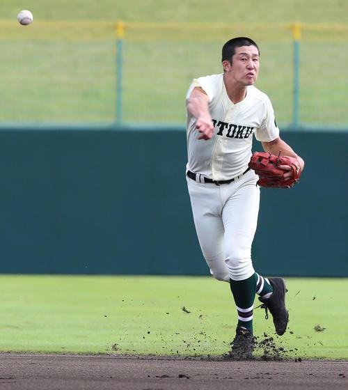 報徳学園浦和学院 1回裏浦和学院無死、遊撃手の小園は中前の打球を好捕し、一塁に送球しアウトを取る(撮影・上山淳一)