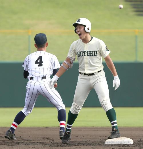 報徳学園浦和学院 3回表報徳学園1死二塁、小園は左中間適時二塁打を放ち二塁ベース上で喜ぶ(撮影・上山淳一)