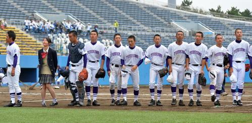 盛岡大付対古川  試合前、スタンドにあいさつする古川の選手たち(撮影・鎌田直秀)