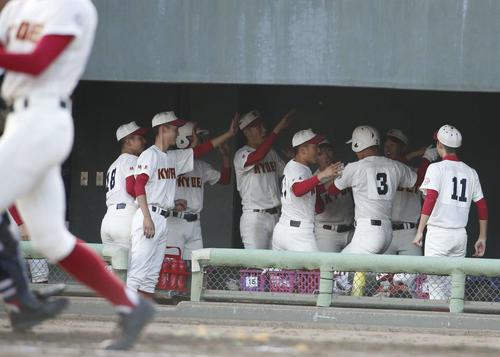 2回裏春日部共栄1死、本塁打を放ち生還した森は控え選手たちと喜ぶ(撮影・河田真司)