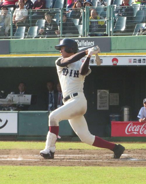 橿原対大阪桐蔭 4回に3点本塁打を放つなどコールド勝ちに貢献した大阪桐蔭・柳本(撮影・磯綾乃)