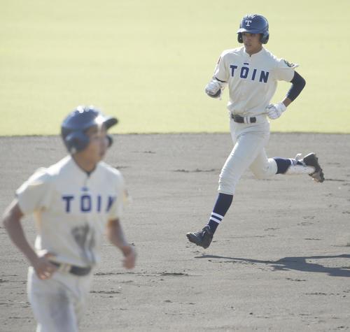 桐蔭学園対春日部共栄 1回表桐蔭学園無死一塁、森は2点本塁打を放ち二塁を通過する(撮影・河田真司)
